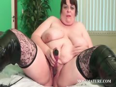 Voloptuous cougar dildoing..