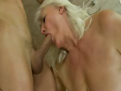 Mature amateur granny sucks..